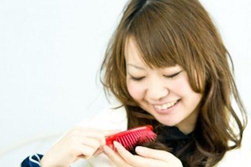 髪をさわる女性