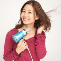 ドライヤーせ髪を乾かす女性